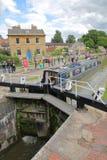 Брэдфорд на Эвоне, Великобритания - 13-ое августа 2017: Люди наслаждаясь летним днем на причале канала с красочными баржами на ка Стоковое Изображение RF