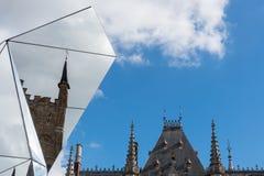 БРЮГГЕ, БЕЛЬГИЯ ЕВРОПА - 26-ОЕ СЕНТЯБРЯ: Разделенное зеркало исторического Стоковые Фото