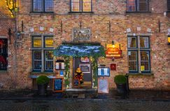 Брюгге, Бельгия - 13-ое декабря 2017: Старый ресторан гостиницы в историческом центре Брюгге Дом в традиционном Стоковые Фото