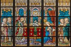 БРЮГГЕ, БЕЛЬГИЯ - 12-ОЕ ИЮНЯ 2014: Аннунциация на специализированной части окна в соборе St Salvator (Salvatorskerk) artis цветно стоковое изображение