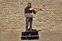 БРЮГГЕ, БЕЛЬГИЯ - 10-ОЕ ИЮНЯ 2017: Музыкант улицы на ancie Стоковая Фотография RF