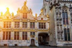 БРЮГГЕ, БЕЛЬГИЯ - 10-ОЕ ИЮНЯ 2014: Фасад красивых средневековых зданий в Брюгге Стоковые Фотографии RF