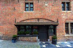 БРЮГГЕ, БЕЛЬГИЯ - 10-ОЕ ИЮНЯ 2014: Фасад красивых средневековых зданий в Брюгге Стоковое фото RF