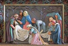 Брюгге - захоронение сброса Христоса в St Giles (Sint Gilliskerk) как часть страсти цикла Христоса стоковое изображение rf