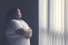 Брюзгливая женщина daydreaming окном стоковое фото rf