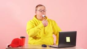Брюзгливый человек с ртом вполне сигарет пробуя курить его все в то же время, замедленное движение сток-видео