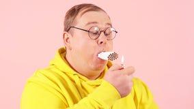 Брюзгливый человек с ртом вполне сигарет пробуя курить его все в то же время, замедленное движение акции видеоматериалы