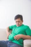 Брюзгливый человек думая о его проблеме веса Стоковая Фотография RF