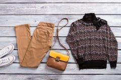 Брюки Брайна и темный свитер Стоковые Изображения