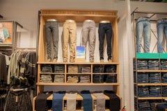 Брюки Брайна на витрине магазина Брайн задыхается штабелированные брюки собрания Стоковые Изображения