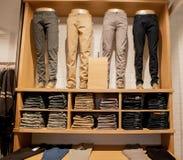 Брюки Брайна на витрине магазина Брайн задыхается штабелированные брюки собрания Стоковая Фотография RF