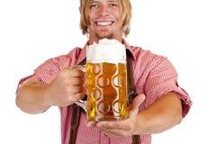 брюки глиняной кружки человека счастливыми владениями пива кожаные Стоковые Фото