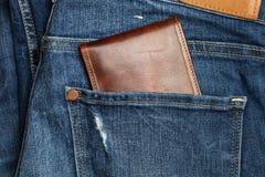Брюки голубых джинсов и бумажник стоковое фото