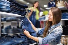 Брюки женщины покупая в магазине стоковая фотография rf