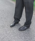 Брюки и ботинки людей Ноги бизнесменов бизнесмен в черноте стоковые изображения rf