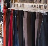 брюки на вешалке стоковая фотография rf