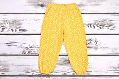 Брюки ребёнка напечатанные желтым цветом стоковое изображение