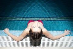 Брюнет в бассейне стоковое фото