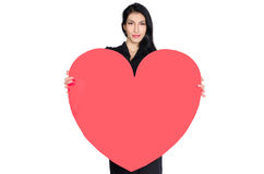 Брюнет в черном платье при сердце сделанное из бумаги стоковая фотография