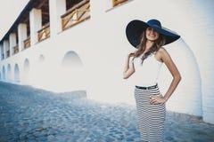 брюнет в шляпе с большими полями Стоковое Изображение