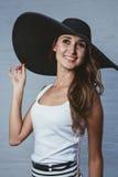 брюнет в шляпе с большими полями Стоковые Изображения
