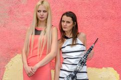 Брюнет 2 девушек и белокурая женщина при длинные волосы представляя против предпосылки граффити Стоковые Изображения RF