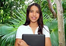 брюнет держа студента индийской компьтер-книжки латинского предназначенный для подростков стоковые изображения rf