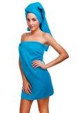 Брюнет девушки женщины тонкое тонкое курчавое в голубом полотенце после sho ванны Стоковая Фотография RF