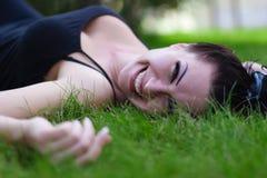Брюнет лежа на траве Стоковая Фотография RF