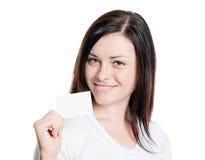 Брюнет держа пустую визитную карточку Стоковые Изображения