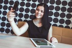 Брюнет делая фото selfie используя smartphone стоковое фото rf