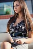 брюнет компьтер-книжки деятельность женщины outdoors Стоковые Изображения