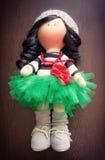 Брюнет куклы сувенира handmade в сочной зеленой юбке Стоковые Фотографии RF