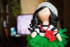 Брюнет куклы сувенира handmade в сочной зеленой юбке Стоковое Фото