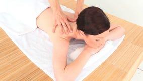 Брюнет наслаждаясь ее массажем сток-видео