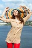 Брюнет нося красочную шляпу стоковая фотография