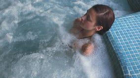 Брюнет ослабляя в бассейне джакузи видеоматериал