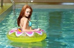 брюнет плавая сексуальная женщина воды игрушки стоковые изображения rf