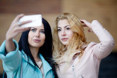 Брюнет при блондинка фотографируя Стоковая Фотография