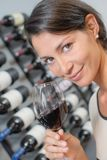 Брюнет пробуя красное вино Стоковое фото RF
