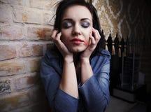 брюнет смотрит на ее детенышей смазанных губной помадой Стоковые Изображения RF