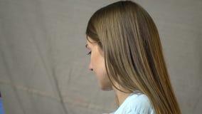 Брюнет с длинными волосами с задумчивым взглядом рисует акции видеоматериалы
