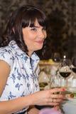 Брюнет с стеклом шампанского стоковые изображения