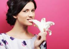 брюнет цветет женщина стоковая фотография