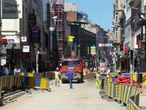 Брюссель, Бельгия - 10-ое июля 2018: Реабилитация дороги работает на ` Ixelles в Ixelles, Брюсселе Chausse d Стоковое фото RF