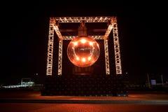 БРЮССЕЛЬ - 6-ОЕ ДЕКАБРЯ: Установка света шарика диско на место Poelaert как часть яркой зимы Брюсселя 6-ого декабря 2016 в Br Стоковое Изображение RF