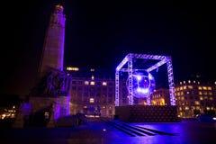 БРЮССЕЛЬ - 6-ОЕ ДЕКАБРЯ: Установка света шарика диско на место Poelaert как часть яркой зимы Брюсселя 6-ого декабря 2016 в Br Стоковые Фотографии RF
