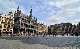 Брюссель, Бельгия - 13-ое мая 2015: Туристы посещая известное грандиозное место Брюсселя Стоковые Изображения