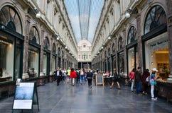 Брюссель, Бельгия - 12-ое мая 2015: Туристы ходя по магазинам на Galeries Royales Свят-Hubert в Брюсселе Стоковые Фотографии RF