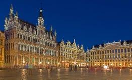 Брюссель - главная площадь и дворец Ggrand в вечере Grote Markt стоковые фотографии rf